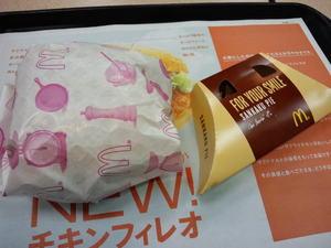 マクドナルドチキンフィレオデラックスと三角チョコパイ.JPG